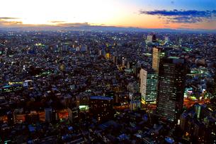高層階からの東京の日没と夕方の夜景の写真素材 [FYI03429859]