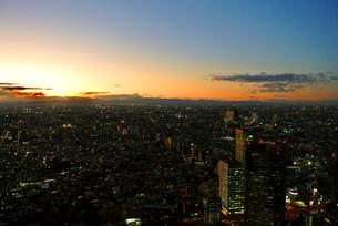 高層階からの東京の夕焼けと夜景の写真素材 [FYI03429860]
