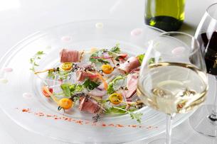 鴨のローストと野菜の前菜の写真素材 [FYI03429929]