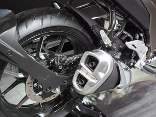 オートバイの後輪とマフラーの写真素材 [FYI03430610]
