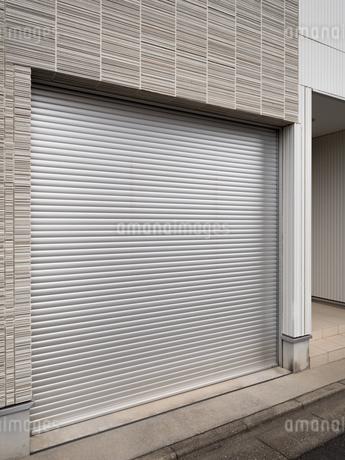 住宅のガレージの写真素材 [FYI03430621]