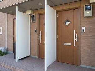 アパートの玄関の写真素材 [FYI03430689]