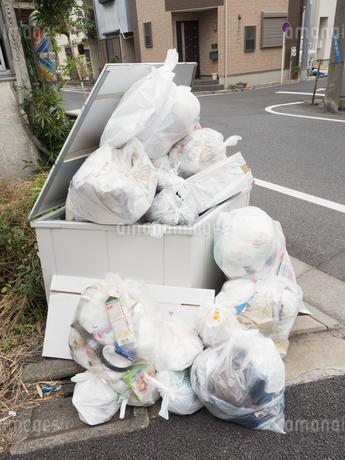 溢れたゴミ置き場の写真素材 [FYI03430696]