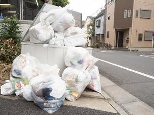 溢れたゴミ置き場の写真素材 [FYI03430697]