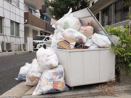 溢れたゴミ置き場の写真素材 [FYI03430698]