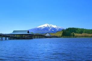 鶴の舞橋と岩木山の写真素材 [FYI03430820]