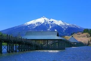鶴の舞橋と岩木山の写真素材 [FYI03430824]