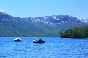 十和田湖とスワンボートの写真素材 [FYI03430852]