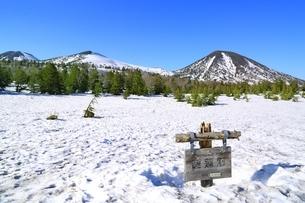 残雪の睡蓮沼と八甲田連峰の写真素材 [FYI03430861]