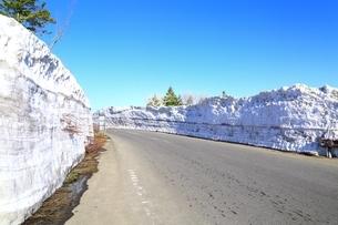 雪壁の笠松峠付近の写真素材 [FYI03430862]