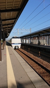 加賀温泉駅とサンダーバードの写真素材 [FYI03430992]