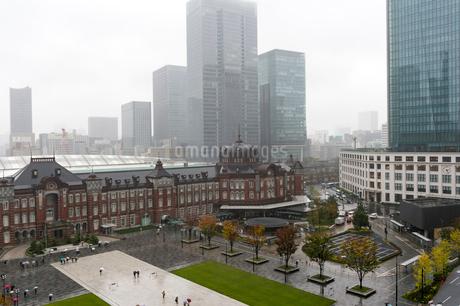 雨の東京駅の写真素材 [FYI03431086]