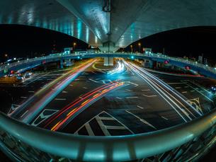 香川県 夜の上天神町交差点の様子の写真素材 [FYI03431111]