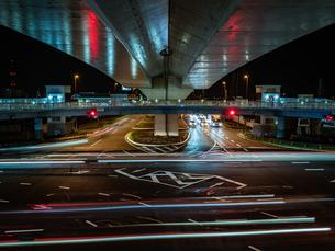 夜の上天神町交差点の様子の写真素材 [FYI03431112]