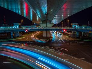 香川県 夜の上天神町交差点の様子の写真素材 [FYI03431113]