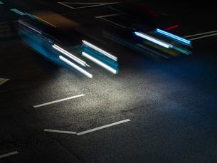 夜に車が走るドライブの様子の写真素材 [FYI03431114]