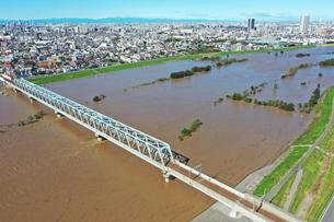 増水した江戸川の写真素材 [FYI03431198]