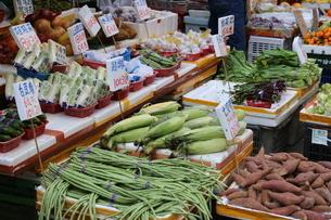 香港・九龍半島の下町、旺角(モンコック)市場で売られるササゲなどの野菜の写真素材 [FYI03431201]