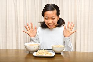 ご飯を食べる女の子の写真素材 [FYI03431320]