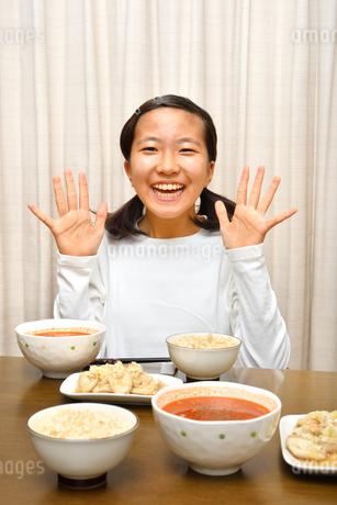 ご飯を食べる女の子の写真素材 [FYI03431321]