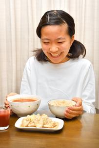 ご飯を食べる女の子の写真素材 [FYI03431323]