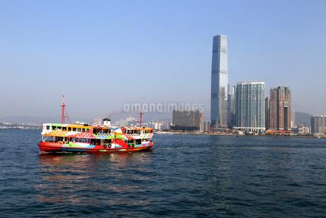 香港のビクトリア湾を横断するスターフェリー。英国植民地時代から運行されている。これは観光船仕様のスターフェリーの写真素材 [FYI03431468]