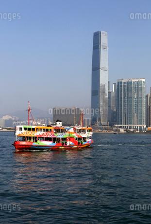 香港のビクトリア湾を横断するスターフェリー。英国植民地時代から運行されている。これは、観光船仕様のものの写真素材 [FYI03431469]