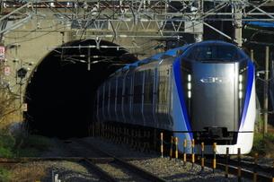 塩嶺トンネルから飛び出すJR中央線E353系の写真素材 [FYI03431483]