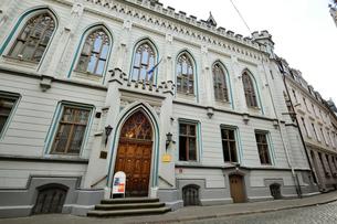 ラドビア・首都リガの世界遺産歴史地区で以前はリガの経済を仕切ってきた小ギルドの会館で現在は国立交響楽団の拠点となり小ギルトコンサート ホールになっています の写真素材 [FYI03431597]