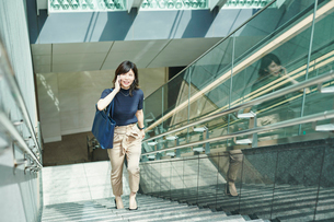 ビジネスウーマン OL  階段の写真素材 [FYI03431692]