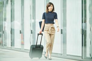 ビジネスウーマン OL  歩くの写真素材 [FYI03431698]