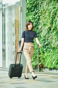 ビジネスウーマン OL  歩くの写真素材 [FYI03431699]
