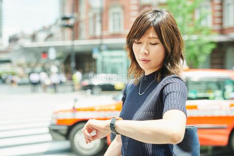 ビジネスウーマン OL 時計を見るの写真素材 [FYI03431811]