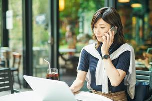 ビジネスウーマン OL 通話するの写真素材 [FYI03431865]