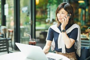 ビジネスウーマン OL 通話するの写真素材 [FYI03431866]