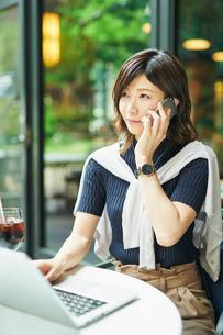 ビジネスウーマン OL 通話するの写真素材 [FYI03431867]