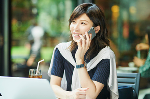 ビジネスウーマン OL 通話の写真素材 [FYI03431876]