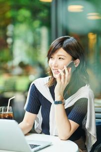ビジネスウーマン OL 通話の写真素材 [FYI03431879]
