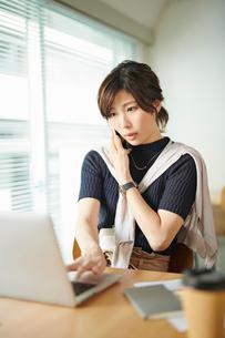 ビジネスウーマン OL 電話するの写真素材 [FYI03431932]