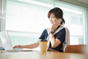 ビジネスウーマン OL 電話するの写真素材 [FYI03431935]