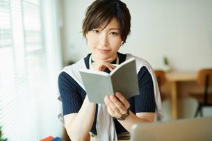 ビジネスウーマン OL 読書するの写真素材 [FYI03431943]