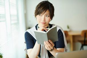 ビジネスウーマン OL 読書するの写真素材 [FYI03431944]