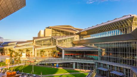 東京ビッグサイト 西展示棟とチタン張り屋根の会議棟の写真素材 [FYI03431950]