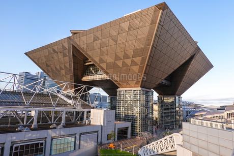 東京ビッグサイト 西展示棟屋上からチタン張りの会議棟の写真素材 [FYI03431951]