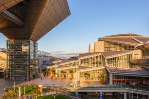 東京ビッグサイト チタン張り会議棟とガラス張り西展示棟の写真素材 [FYI03431953]