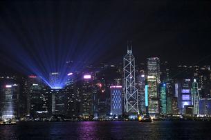 香港のレーザーショウ「シンフォニー・オブ・ライツ」香港の夜空を彩るの写真素材 [FYI03431998]