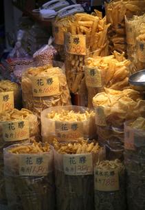 デヴォーロードの海味街で売られる魚の浮袋「花膠」高価な中華食材だ。「魚胆」とも呼ばれる。の写真素材 [FYI03431999]