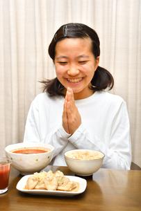 ご飯を食べる女の子(合掌)の写真素材 [FYI03432084]