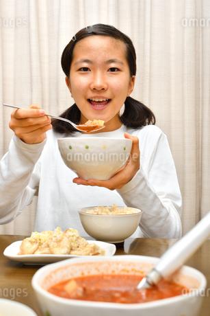 ご飯を食べる女の子の写真素材 [FYI03432086]