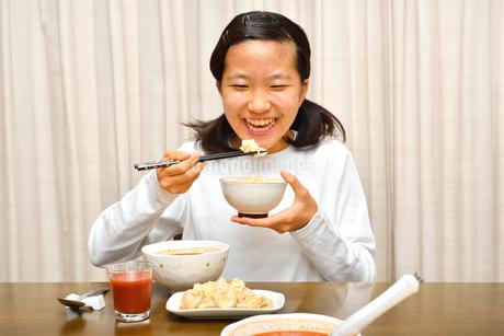 ご飯を食べる女の子の写真素材 [FYI03432096]
